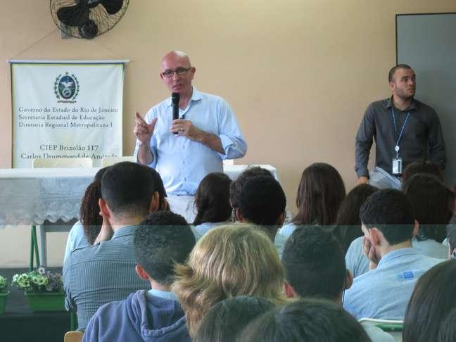 Tom Healy, representante do programa Fulbright, durante palestra no Rio de Janeiro