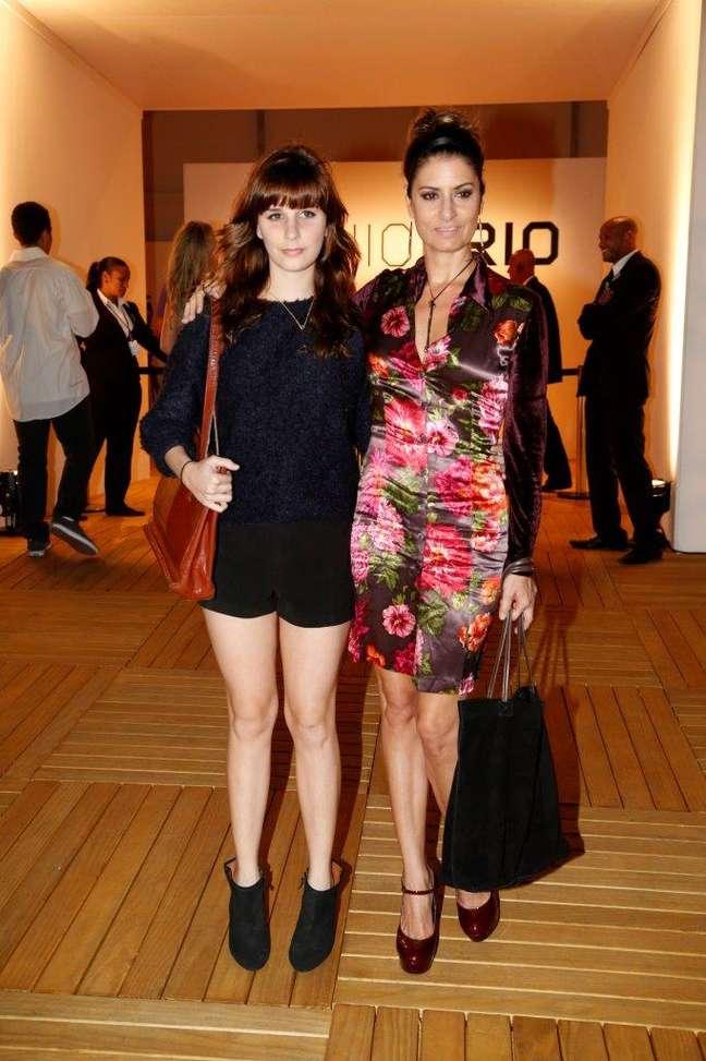 <p>Fernanda Abreu e filha prestigiam primeiro dia de Fashion Rio; cantora diz ficar dividida entre maiô e biquíni</p>
