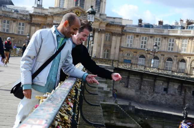 """<p>Luis e Glauco jogam a chave do """"cadeado do amor"""" no rio Sena. O casal planejou a viagem por dois anos e levou do Brasil o cadeado que pendurou no Pont des Arts</p>"""