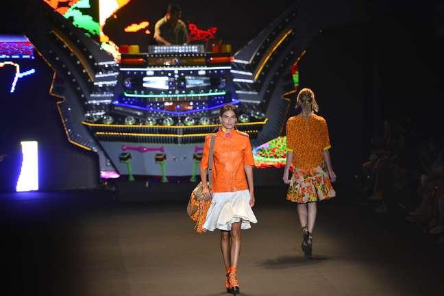Carol Francischini desfila para Espaço Fashion. Apresentação teve nave tecnobrega na entrada da passarela