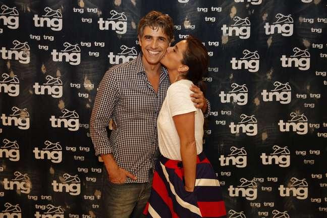 <p>Giovanna e Gianecchini trocaram beijos no rosto enquanto eram clicados pelos fotógrafos</p>