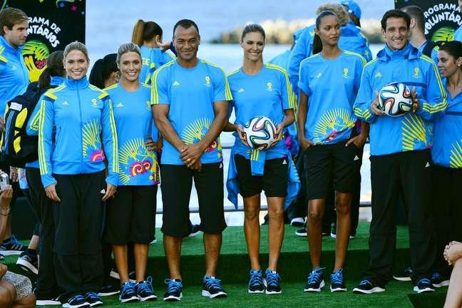 Desfile de uniformes dos voluntários da Copa