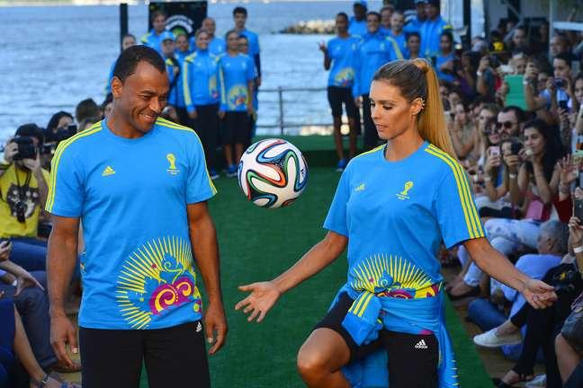 <p>Modelos e atletas dividiram a passarela do Fashion Rio com os voluntários que trabalharão no Rio de Janeiro na Copa do Mundo da FIFA para desfilar os uniformes</p>