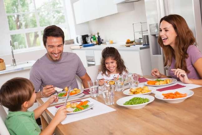 Estabeleça um horário para as refeições e evite distrações nessa hora, como assistir televisão
