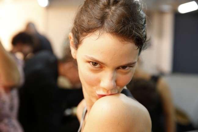 """<p>Laura Neiva, a estrela do desfile da 2nd Floor, deu um """"beijinho no ombro"""" no backstage da grife</p>"""