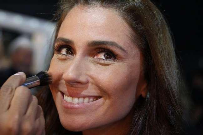 Giovanna Antonelli foi fotografada nos bastidores do desfile da TNG. Sobre as fotos que posta sem maquiagem, ela disse: sou uma atriz pop, acredito que as pessoas gostam de me ver na minha vida como sou