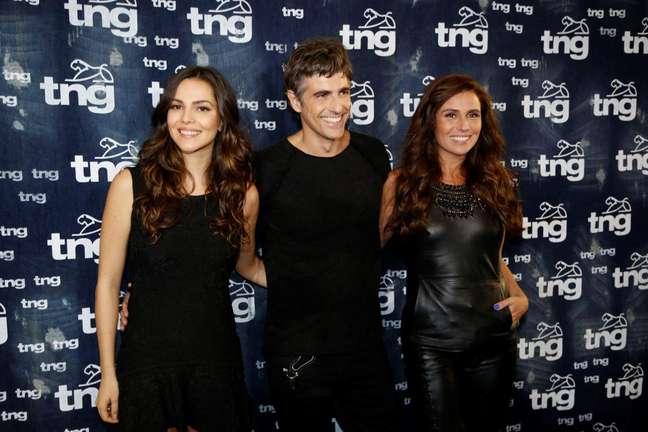 Giovanna Antonelli chegou com Reynaldo Gianechini e Tainá Müller para o desfile da marca TNG, nesta quinta-feira (10), no Fashion Rio. Atualmente, os três vivem um triângulo amoroso na novela 'Em Família'