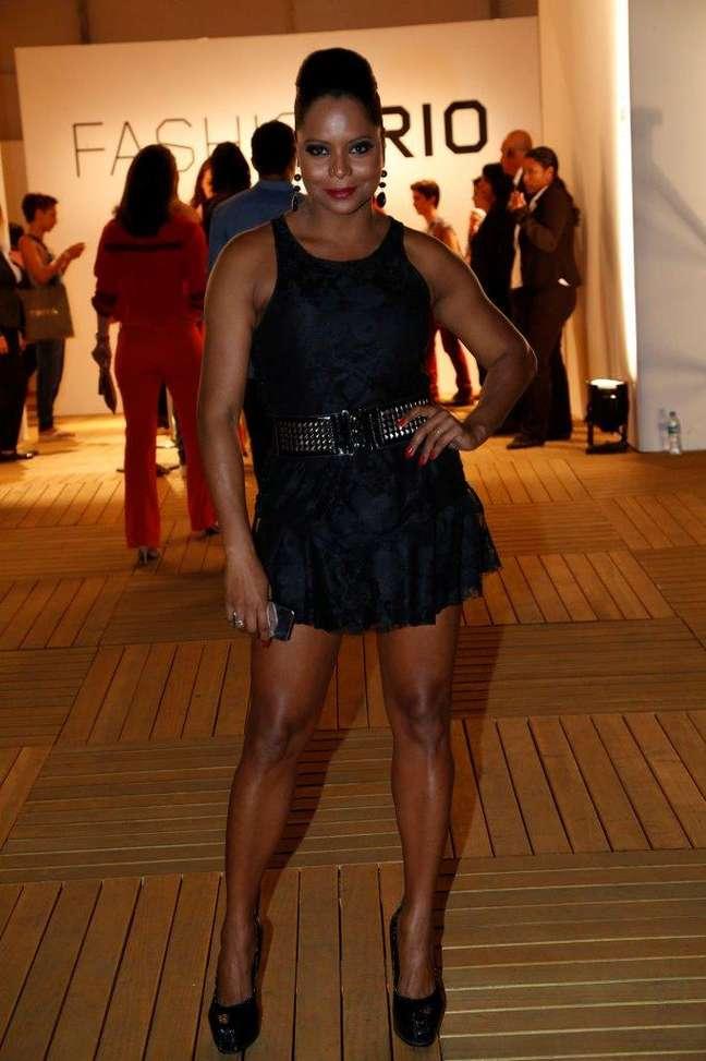 Pelo segundo dia, Adriana Bombom compareceu à Marina da Glória para conferir a movimentação do Fashion Rio verão 2014/2015