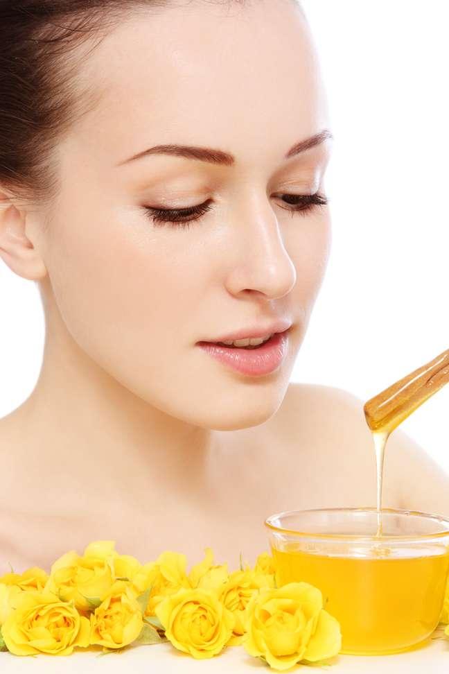 Feita com mel, aveia e chá-verde, a máscara descongestionante para o rosto hidrata e deixa a região ainda mais viçosa
