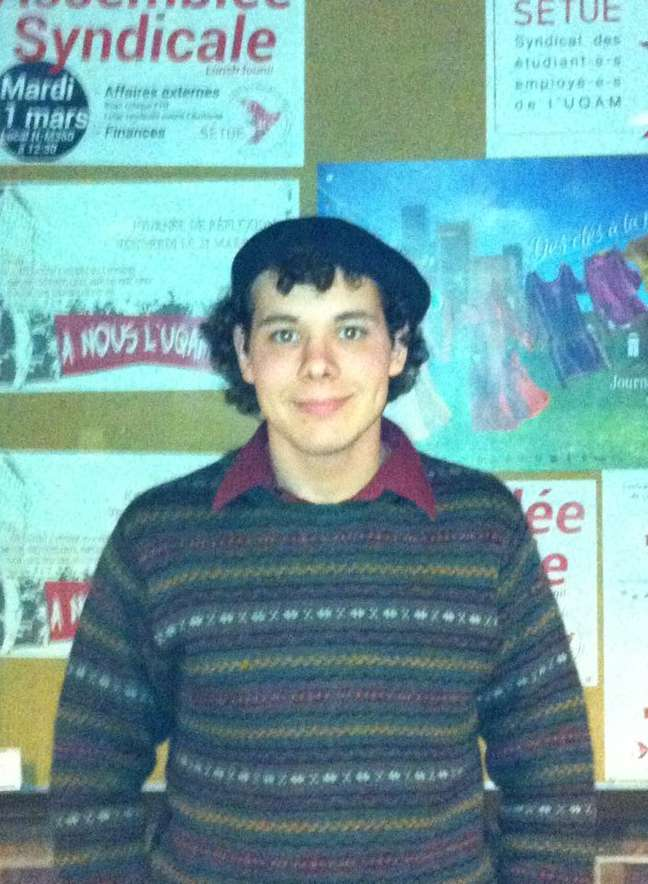 Alex é formado em Comunicação e enfatiza o sentimento de desconfiança dos jovens em relação à independência