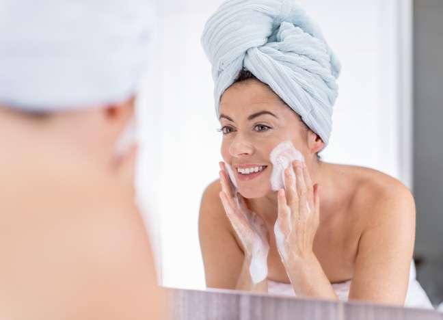 Limpar bem a pele, principalmente antes de dormir, deve virar um hábito sagrado na rotina de toda a mulher. O ritual ajuda a remover o excesso de oleosidade que forma uma camada de gordura sobre a superfície cutânea e dificulta a penetração dos ativos dos cremes utilizados