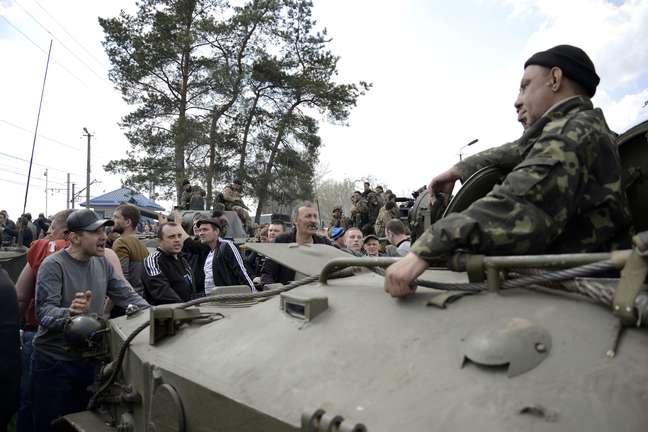 <p>Civis bloquearam tanques e soldados ucranianos na fronteira da cidade</p>