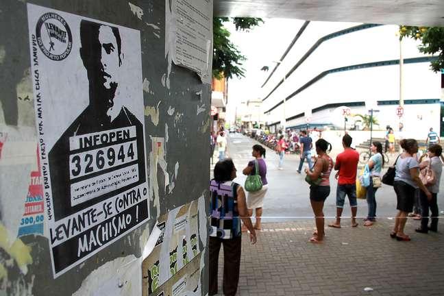"""Cartazes de protesto dizem: """"Goleiro Bruno, preso por matar Eliza Samúdio"""""""