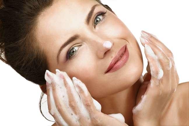 <p>Provocados, principalmente, por motivos hormonais, que estimulam as glândulas sebáceas a produzirem ainda mais sebo, a acne e a oleosidade devem ser evitadas com a higienização correta do rosto, com o uso de sabonetes específicos para o tipo de derme ecom a limpeza de pele realizada em consultóriouma vez por mês</p>