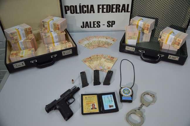 <p>Cédulas, arma e distintivo dePolicial Civil apreendidos na operação</p>