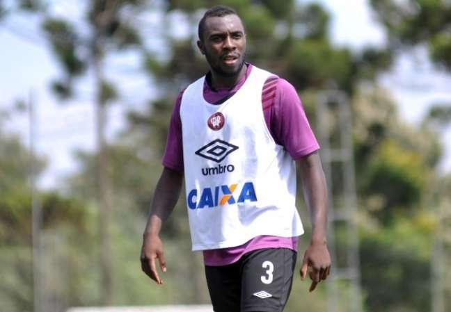 <p>Manoel, com contrato até final de 2015, entrou na Justiça pedindo rescisão contratual e foi negado. Nesta sexta-feira, Cruzeiro acertou a compra de 50% dos direitos econômicos</p>