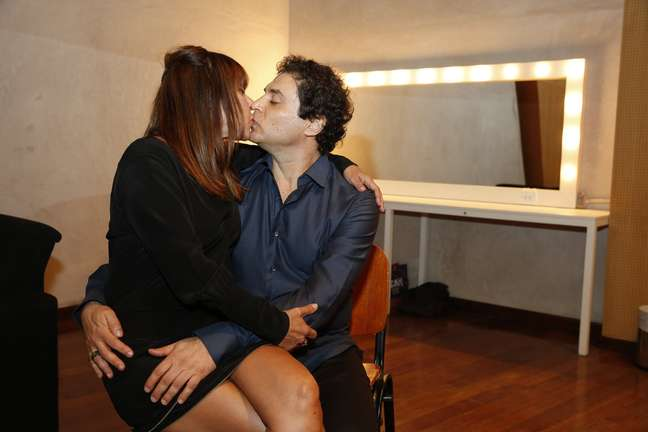 <p>Frejat beija a mulher, Alice Pellegatti</p>