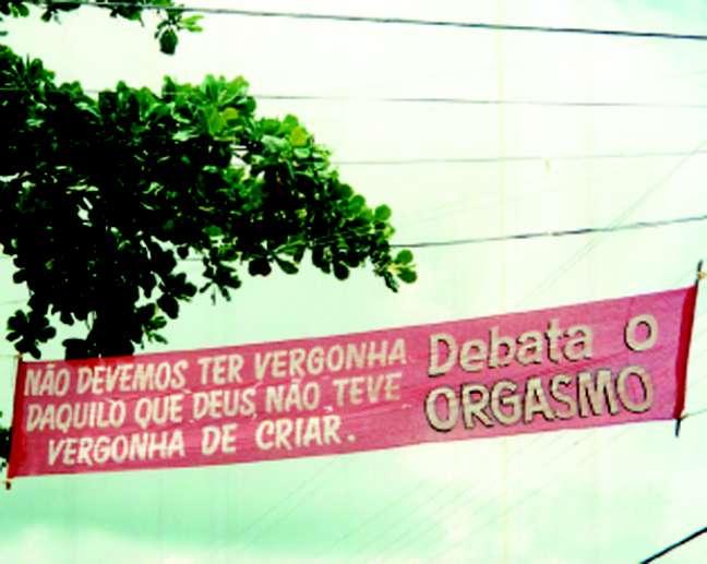 Uma das faixas que foram distribuídas pela cidade após a promulgação da lei
