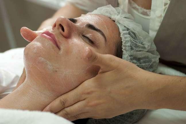 Com duração de 60 minutos, o procedimento começa com a aplicação de um sabonete de limpeza na área tratada. O produto tem a função de higienizar a pele por inteiro