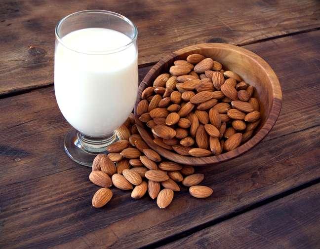 <p>O nível alto decálcio e a vitamina D encontrados no leite de amêndoas fazem dele um aliado essencial contra doenças ósseas</p>