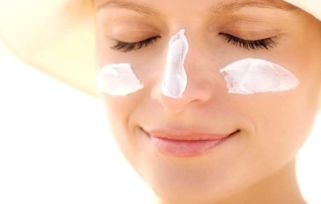 Por ter uma pele mais sensível e suscetível à oleosidade, o rosto pede protetores oil free, nas versões em gel, sérum, gel creme ou creme, que não sejam comedogênicos, tenham FPS mínimo de 30 e garantam proteção contra os raios UVA e UVB