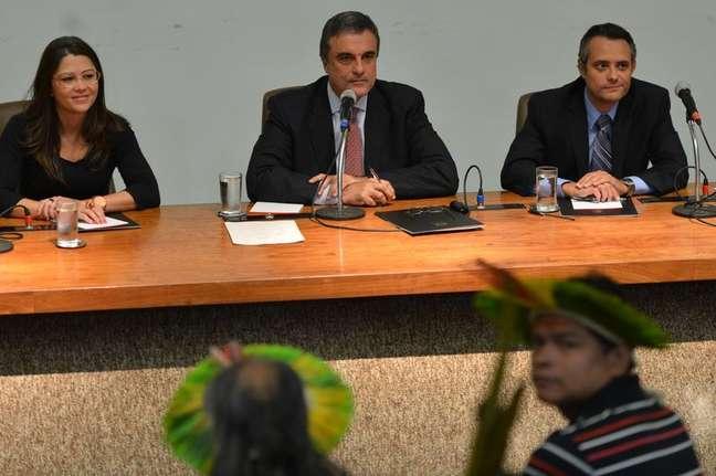 <p>&Iacute;ndios em reuni&atilde;o com o ministro Jos&eacute; Eduardo Cardoso</p>