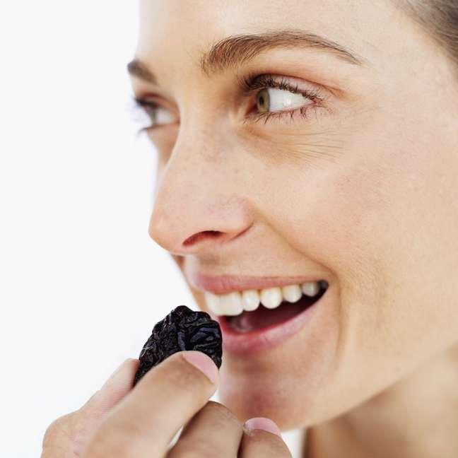 <p>Participantes de estudo diminuíram centímetros na cintura ao incluir ameixa na alimentação</p>