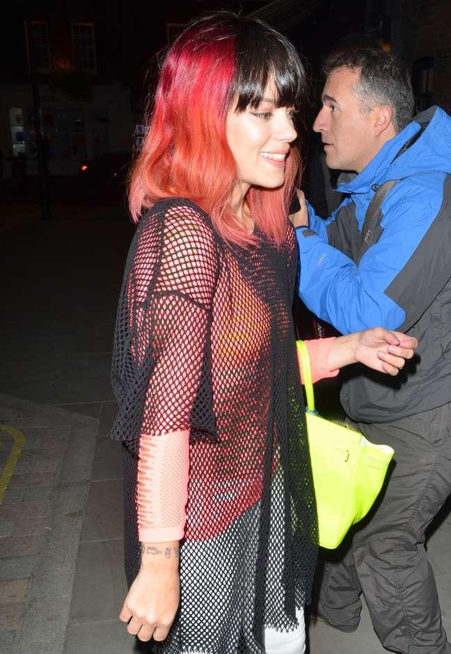 <p>Lily Allen surgiu com novo visual: raíz escura e restante do cabelo em vermelho vivo</p>