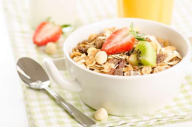 Os cereais integrais, fonte de carboidrato, são ótimos para o cardápio matinal