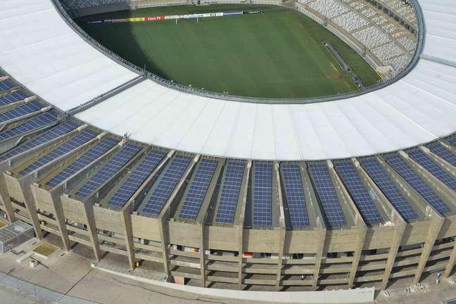 Estádio conta com placas dispostas na cobertura