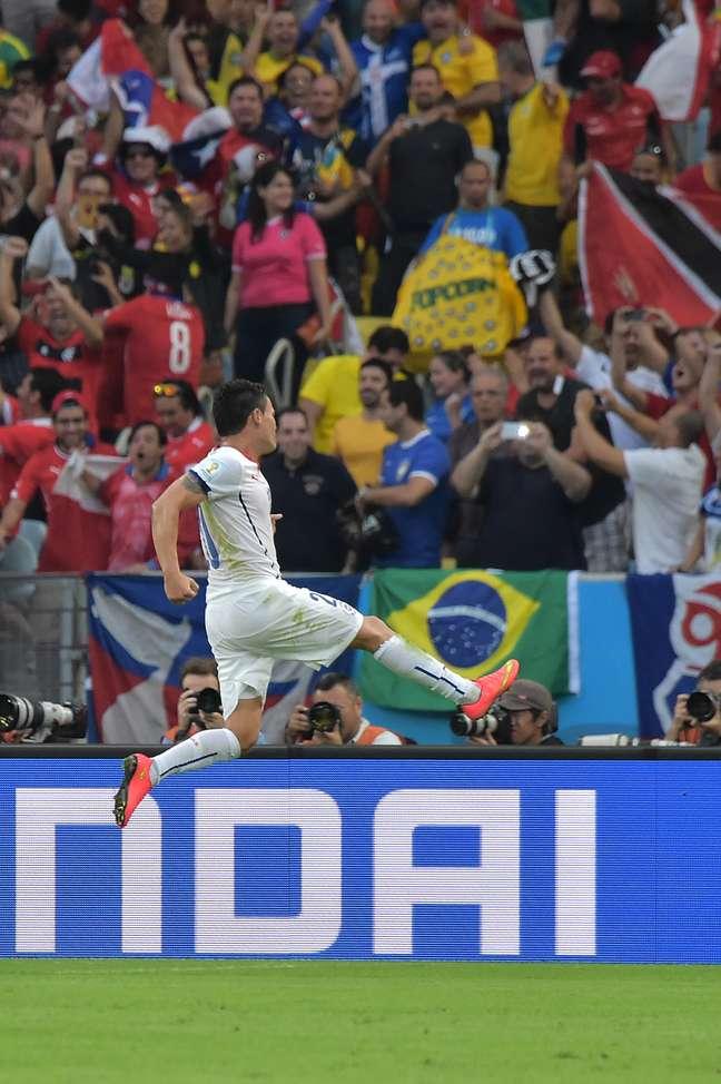 Aranguiz comemora o segundo gol chileno no Maracanã