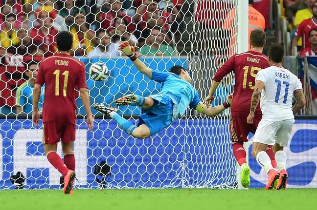 Sánchez cobra falta, Casillas rebate para o meio da área, mas a bola fica para Aránguiz, que chuta de bico para marcar o segundo do Chile