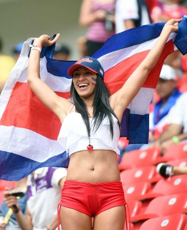 """<p>Torcedores da Itália e da Costa Rica fazem a festa na Arena Pernambuco. Rostos pintados, bandeiras, chapéus e perucas fazem parte dos """"trajes"""" para acompanhar o jogo pela segunda rodada da Copa do Mundo de 2014</p>"""