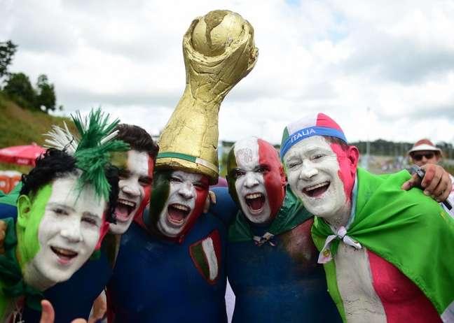 <p>Torcedores de Costa Rica e It&aacute;lia circulam no entorno da Arena Pernambuco, nesta sexta-feira. As duas sele&ccedil;&otilde;es jogam pela segunda rodada da Copa do Mundo de 2014</p>