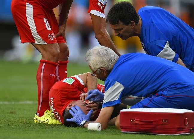 <p>Steve von Bergen saiu sangrando após ser acertado por Giroud</p>