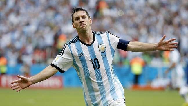 Messi vira o jogo para a Argentina e celebra