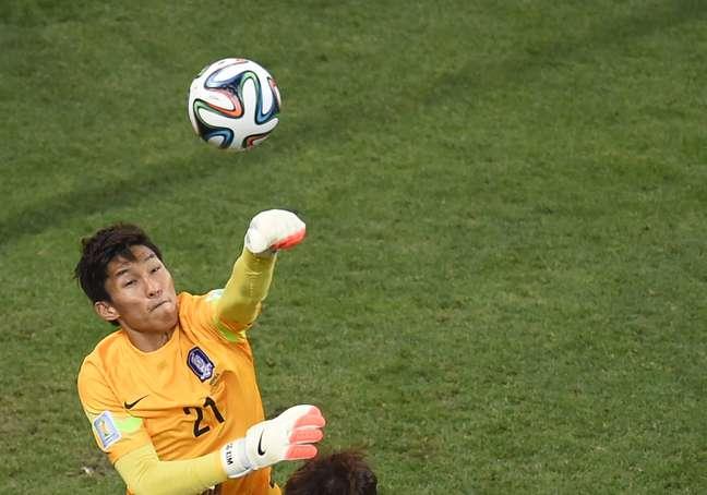 Goleiro da Coreia do Sul Kim Seung-Gyu faz defesa importante
