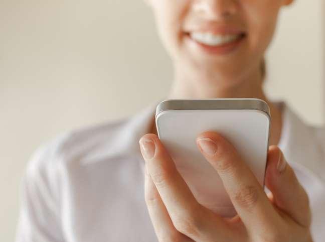 Alguns aplicativos para smartphones já identificam a densidade dos raios UV, recomendam o tempo certo para o sono da beleza e ainda permitem trocar informações sobre produtos para o cuidado da pele