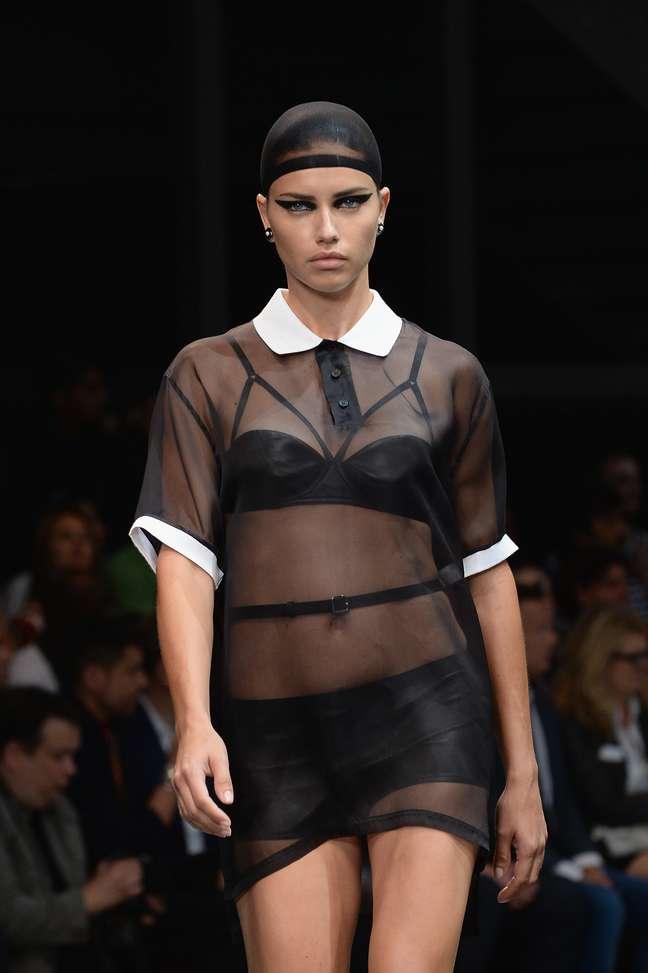 <p>Adriana Lima também desfilou e surgiu de lingerie com uma camisa transparente por cima</p>