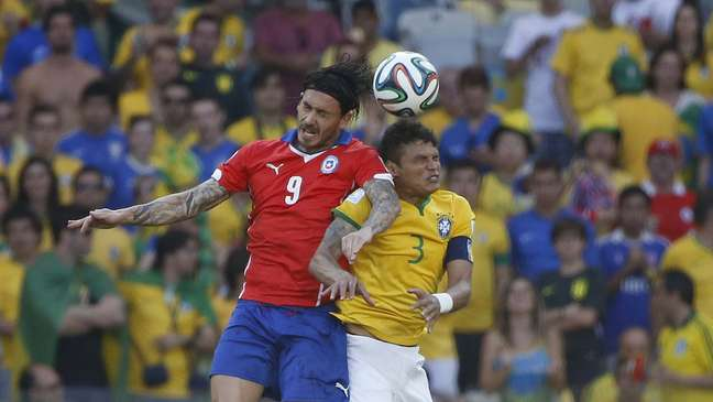 <p>Rodrigo Paiva disse que o chileno Pinilla (esq.) partiu para cima dele</p>