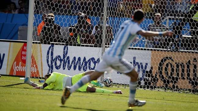 <p>Quando a disputa dos p&ecirc;naltis na partida entre Su&iacute;&ccedil;a x Argentina j&aacute; parecia certa, Messi apareceu: aos 12 minutos do segundo tempo da prorroga&ccedil;&atilde;o, o craque do Barcelona fez boa jogada e deu assist&ecirc;ncia para Di Mar&iacute;a, de primeira, mandar rasteiro para o fundo do gol e selar a classifica&ccedil;&atilde;o dos sul-americanos para as quartas de final. Disputa realizada na Arena Corinthians, nesta ter&ccedil;a-feira, terminou em 1 a 0 para os argentinos, que seguem no Mundial, ao contr&aacute;rio&nbsp;dos su&iacute;&ccedil;os.</p>