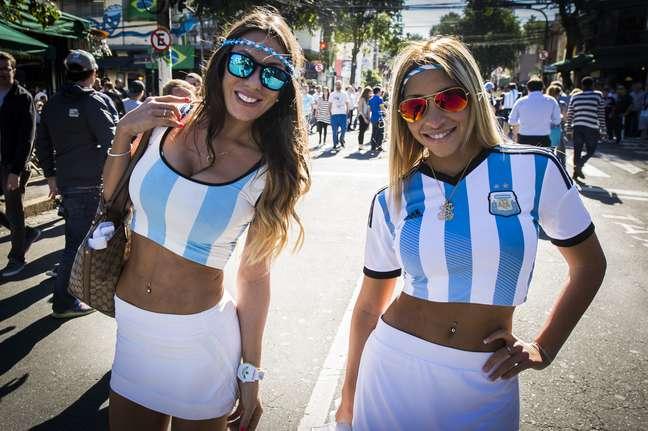 <p>Nesta terça-feira, torcedores argentinos lotaram o bairro da Vila Madalena, em São Paulo, para acompanhar a acirrada disputa entre Argentina x Suíça. A partida, realizada na Arena Corinthians, terminou com a consagração da equipe argentina nas quartas de final, e consequente eliminação da Suíça, com placar final de 1 a 0.</p>