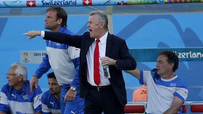 <p>Técnico da Suíça Ottmar Hitzfeld passa instruções ao time no jogo contra a Argentina</p>