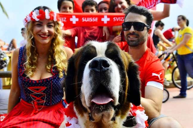 De vermelho e branco e com comida típica, torcedores se reuniram na Casa Suíça, no Rio de Janeiro, para assistir ao jogo decisivo contra a Argentina, que vale vaga nas quartas de final