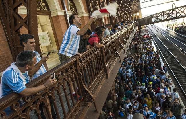 Torcedores de Argentina e Suíça lotaram nesta terça-feira o trem Expresso da Copa no trajeto da estação da Luz até Corinthians-Itaquera, em São Paulo. As seleções jogam pelas oitavas de final da Copa do Mundo