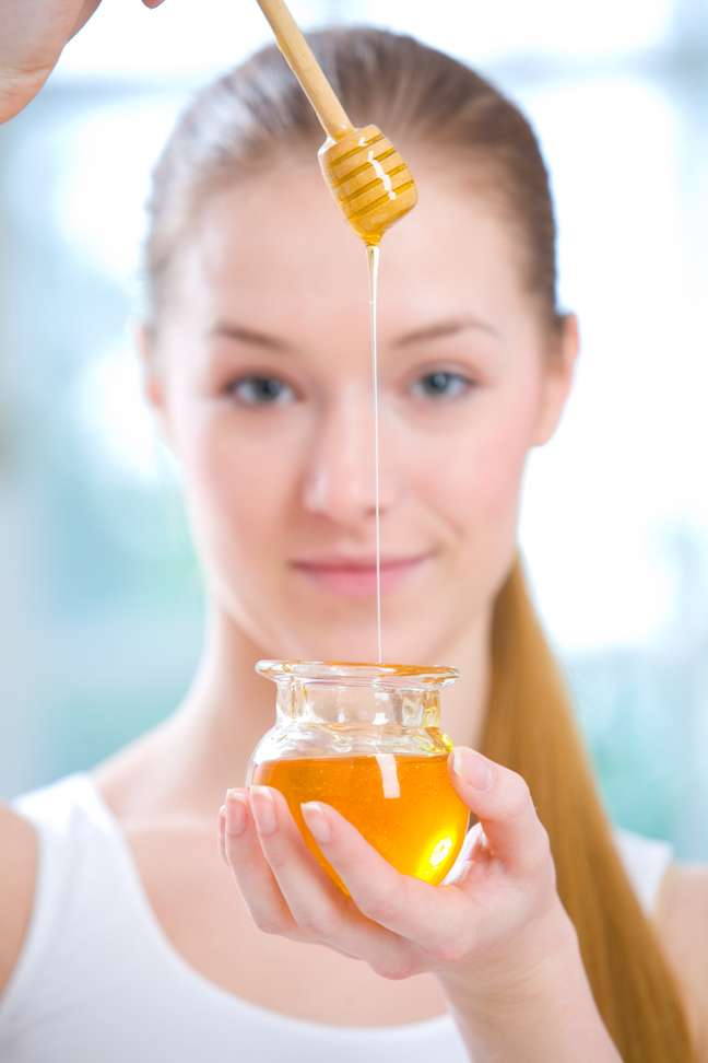 Solução caseira também revitaliza a cútis e oferece uma proteção extra contra a ação nociva dos raios ultravioleta por contar com as propriedades antioxidantes do mel, que protegem a derme do sol e atuam em prol do rejuvenescimento facial