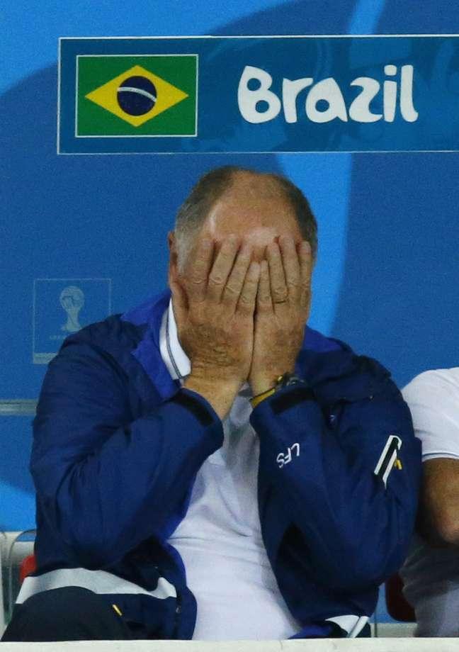 Felipão põe as mãos no rosto no primeiro tempo da partida entre Brasil e Alemanha