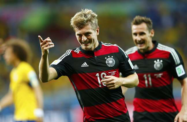 Kroos corre para comemorar o seu segundo gol na partida contra o Brasil, o quarto da Alemanha