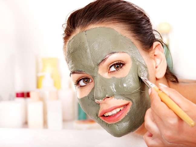 As argilas promovem uma limpeza mais profunda na pele, agindo diretamente nos poros para remover os resíduos acumulados com o tempo. Apesar disso, elas devem ser usadas com cautela, já que cada cor representa uma função e atende a diferentes necessidades