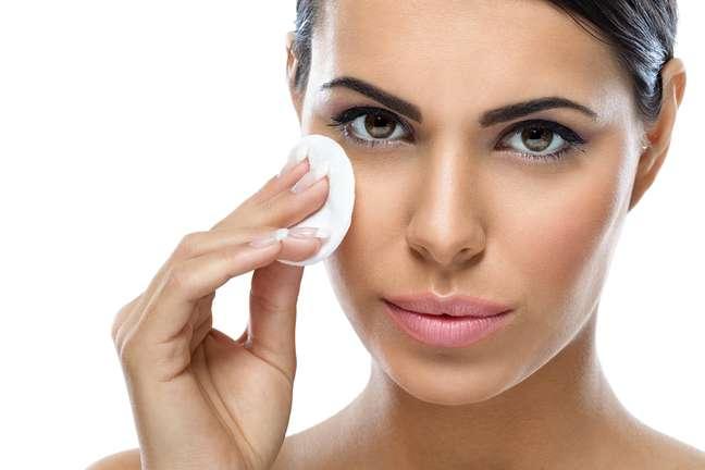 Os demaquilantes são fundamentais para remover a maquiagem do rosto e evitar problemas como acne, rugas e até mesmo alergias